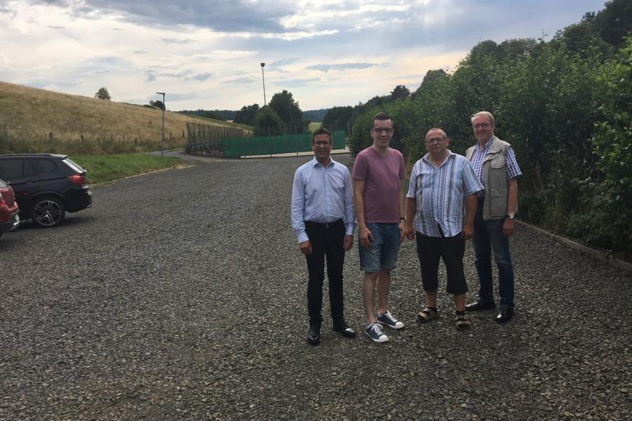 Die SPD-Fraktionsmitglieder Patrick Krug, Klaus Weitzel und Walter Theis machen sich gemeinsam mit dem SPD-Landtagsdirektkandidaten Swen Bastian (1. v. l.) ein Bild des sanierten Parkplatzes